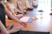 瞑想する福岡のヨガスタジオ